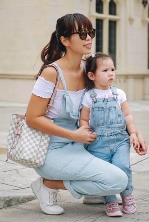 Vợ chồng Hà Anh dẫn con gái vi vu Singapore, bé Myla lí lắc xem cá heo-5