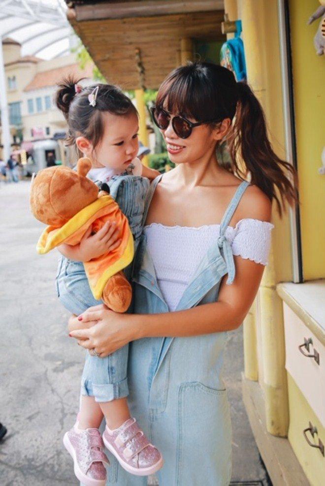 Vợ chồng Hà Anh dẫn con gái vi vu Singapore, bé Myla lí lắc xem cá heo-6