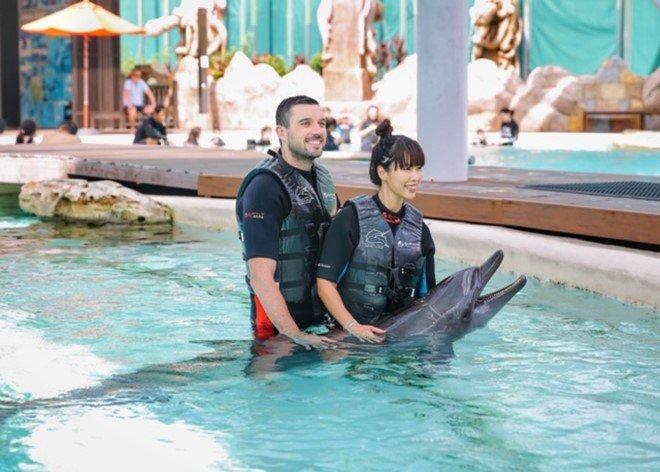 Vợ chồng Hà Anh dẫn con gái vi vu Singapore, bé Myla lí lắc xem cá heo-11