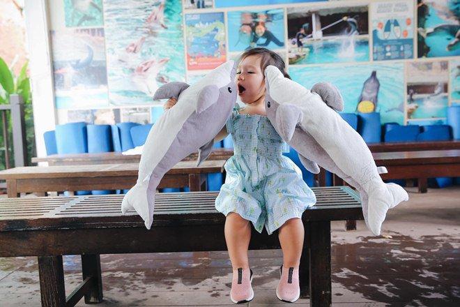 Vợ chồng Hà Anh dẫn con gái vi vu Singapore, bé Myla lí lắc xem cá heo-10