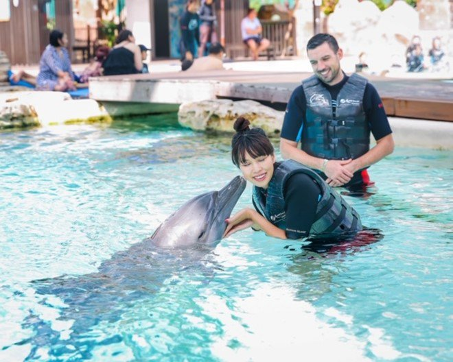 Vợ chồng Hà Anh dẫn con gái vi vu Singapore, bé Myla lí lắc xem cá heo-13