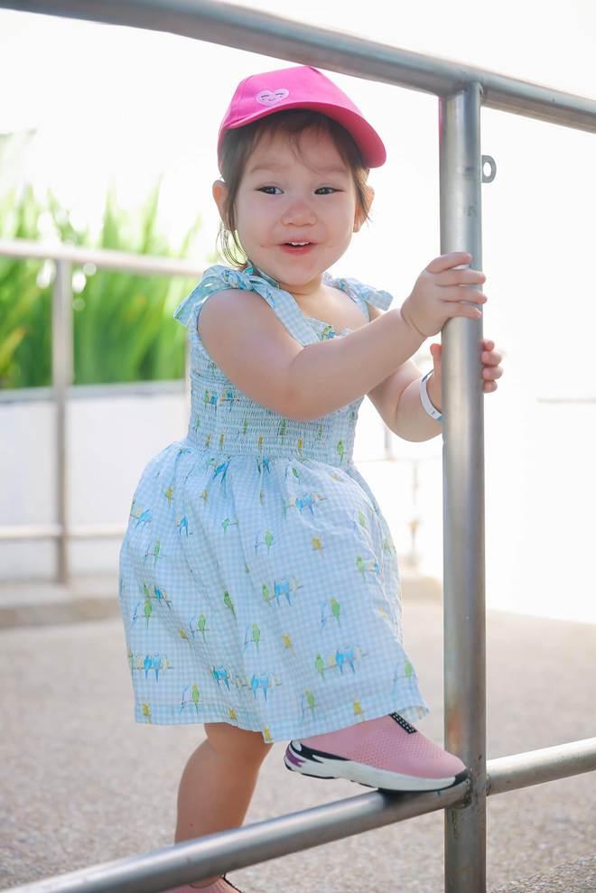 Vợ chồng Hà Anh dẫn con gái vi vu Singapore, bé Myla lí lắc xem cá heo-14