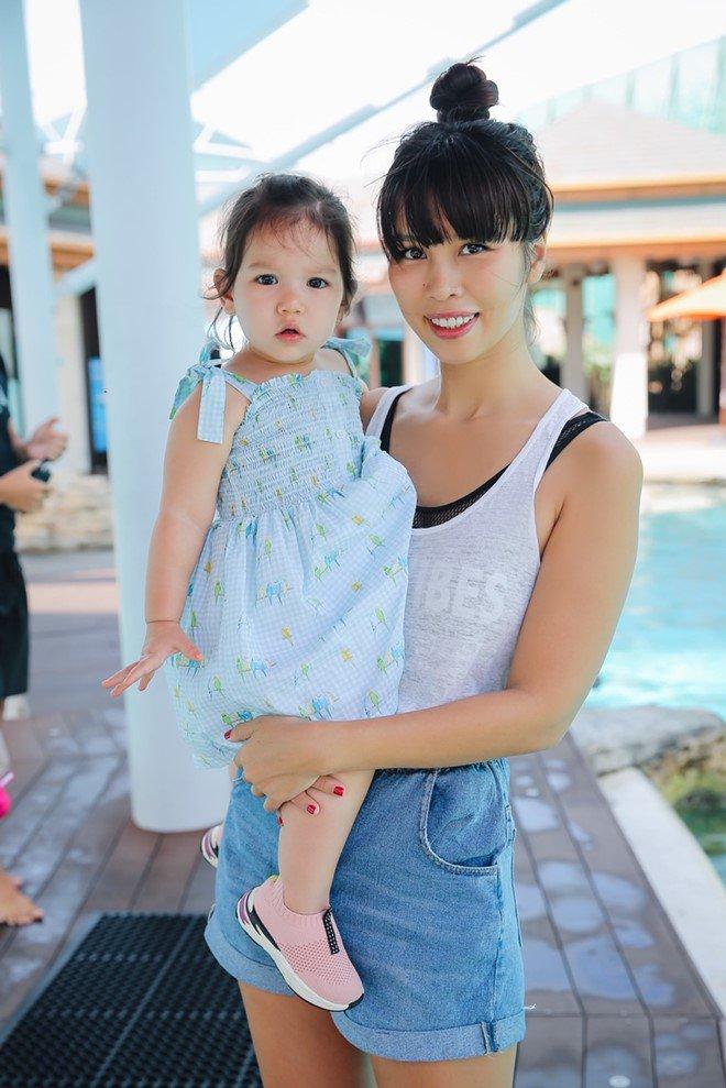 Vợ chồng Hà Anh dẫn con gái vi vu Singapore, bé Myla lí lắc xem cá heo-15