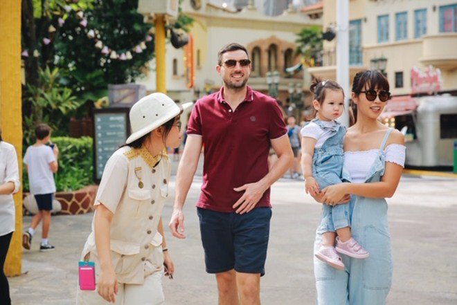 Vợ chồng Hà Anh dẫn con gái vi vu Singapore, bé Myla lí lắc xem cá heo-16