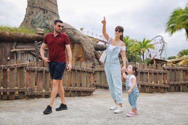 Vợ chồng Hà Anh dẫn con gái vi vu Singapore, bé Myla lí lắc xem cá heo-1
