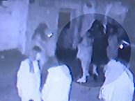 Nhóm nữ sinh đánh hội đồng 2 đàn chị vì dám liên lạc với bạn trai mình ngay gần sở cảnh sát khiến nạn nhân phải nhập viện phẫu thuật