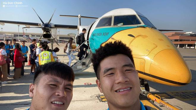 Quang Hải, Đức Chinh hào hứng check in cùng máy bay độc lạ tại Thái Lan khi di chuyển đến địa điểm thi đấu VCK U23 châu Á-1