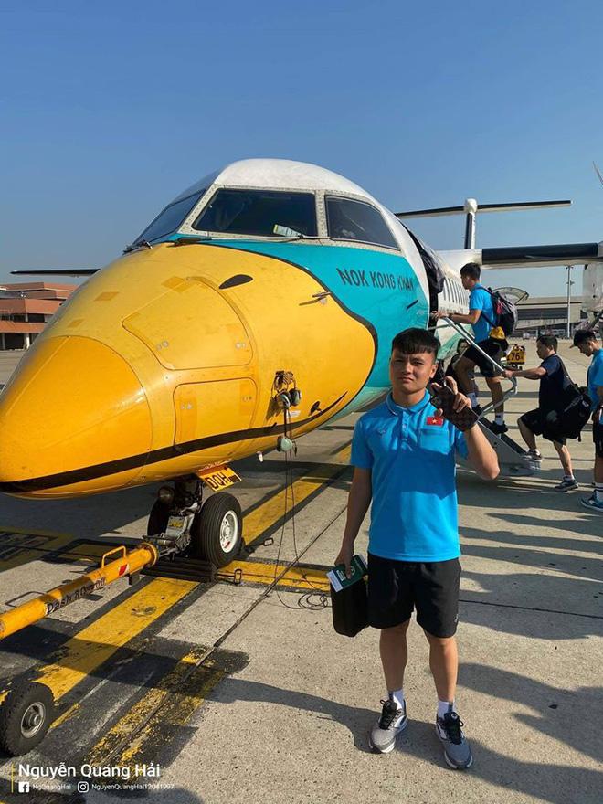 Quang Hải, Đức Chinh hào hứng check in cùng máy bay độc lạ tại Thái Lan khi di chuyển đến địa điểm thi đấu VCK U23 châu Á-2