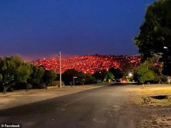 Sườn đồi đỏ như dung nham núi lửa trong thảm họa cháy rừng Australia-1