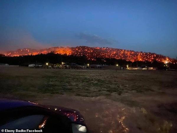 Sườn đồi đỏ như dung nham núi lửa trong thảm họa cháy rừng Australia-4