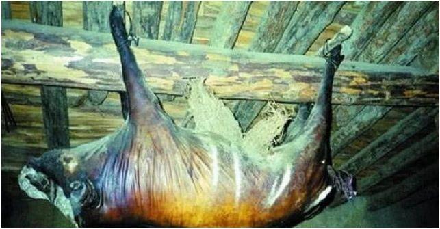 Kỳ lạ lợn treo hơn 30 năm bốc mùi thối vẫn có người trả 1,7 tỷ mua về ăn-1