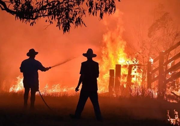 Mạng xã hội ngập ảnh bầu trời đỏ do cháy rừng ở Australia-7