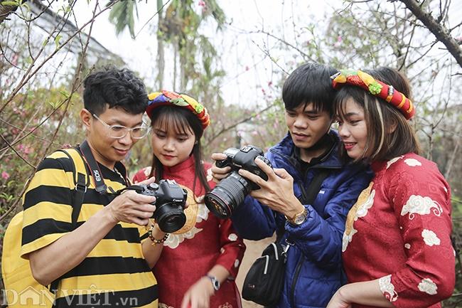 Giới trẻ Hà Nội rủ nhau check-in, chụp ảnh bên hoa đào ngày giáp Tết-5