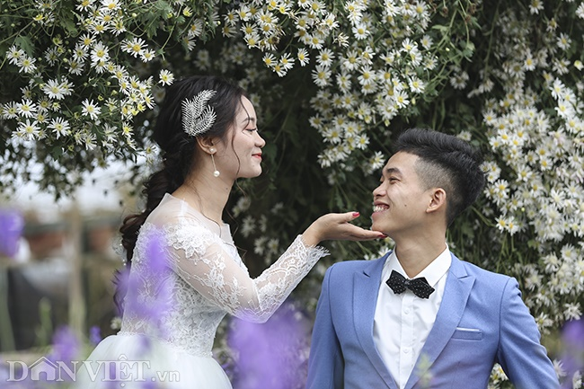 Giới trẻ Hà Nội rủ nhau check-in, chụp ảnh bên hoa đào ngày giáp Tết-6