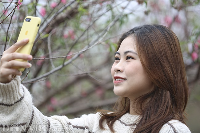 Giới trẻ Hà Nội rủ nhau check-in, chụp ảnh bên hoa đào ngày giáp Tết-8