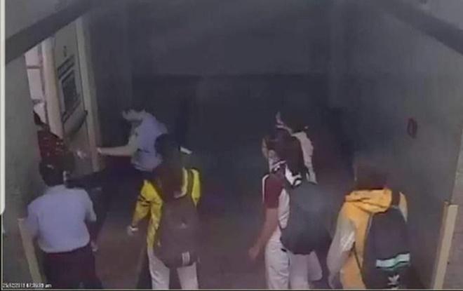 Cảnh cáo bảo vệ bị tố đạp vào người và bắt nhốt nữ sinh viên-1