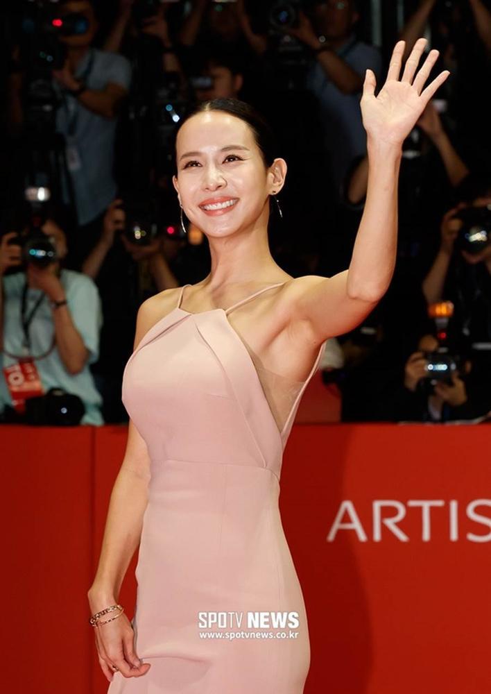Nhan sắc nữ diễn viên 18+ góp mặt trong bom tấn Hàn-9