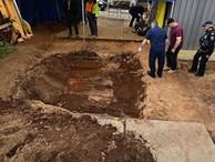 Tìm thấy mảnh xương ở vườn sau nhà, con gái phát hiện tội ác của bố 45 năm trước