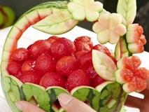Tỉa dưa hấu thành giỏ hoa quả trang trí tiệc tất niên