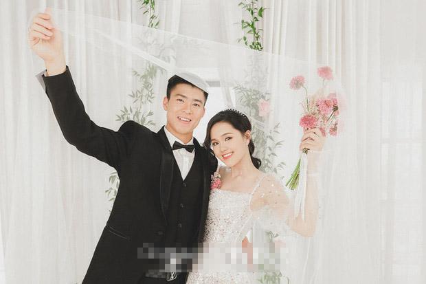 Hậu trường chụp ảnh cưới độc lạ của Duy Mạnh: Chú rể diện vest bảnh bao vẫn nhớ nghề trổ tài tâng bóng cực đỉnh-1