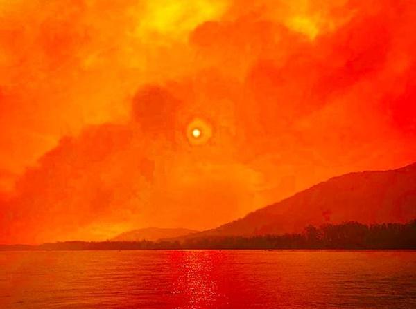 Thêm loạt ảnh Before/After chứng minh sự tàn khốc của đại hoạ cháy rừng nước Úc: Khắp nơi ngập trong khói, địa điểm du lịch bị huỷ hoại hàng loạt-8