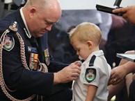 Bé trai 19 tháng tuổi ngậm ti giả nhận huy chương thay người cha đã khuất, hy sinh trong thảm họa cháy rừng ở Úc
