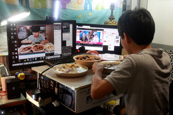 Mukbang: Trào lưu ăn cho người khác xem mang lại thu nhập hàng trăm triệu mỗi tháng nhưng đằng sau lại làcô đơn-9