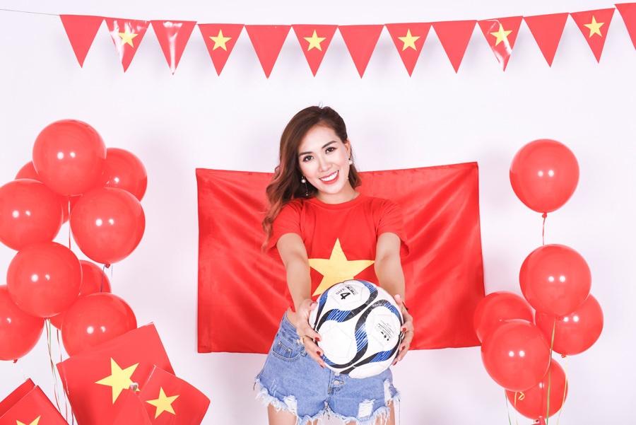Mai Thỏ cùng 2 con chụp ảnh cổ vũ đội tuyển Việt Nam vô địch U23 Châu Á 2020-1