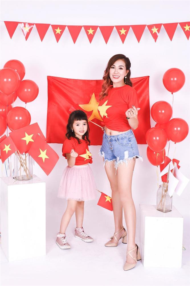 Mai Thỏ cùng 2 con chụp ảnh cổ vũ đội tuyển Việt Nam vô địch U23 Châu Á 2020-3