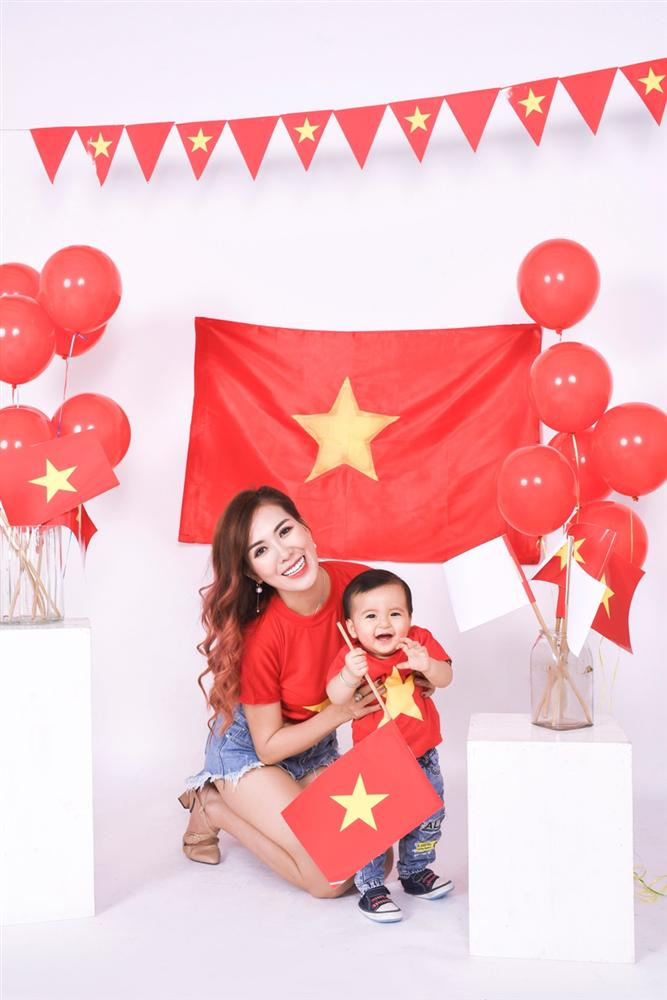 Mai Thỏ cùng 2 con chụp ảnh cổ vũ đội tuyển Việt Nam vô địch U23 Châu Á 2020-4