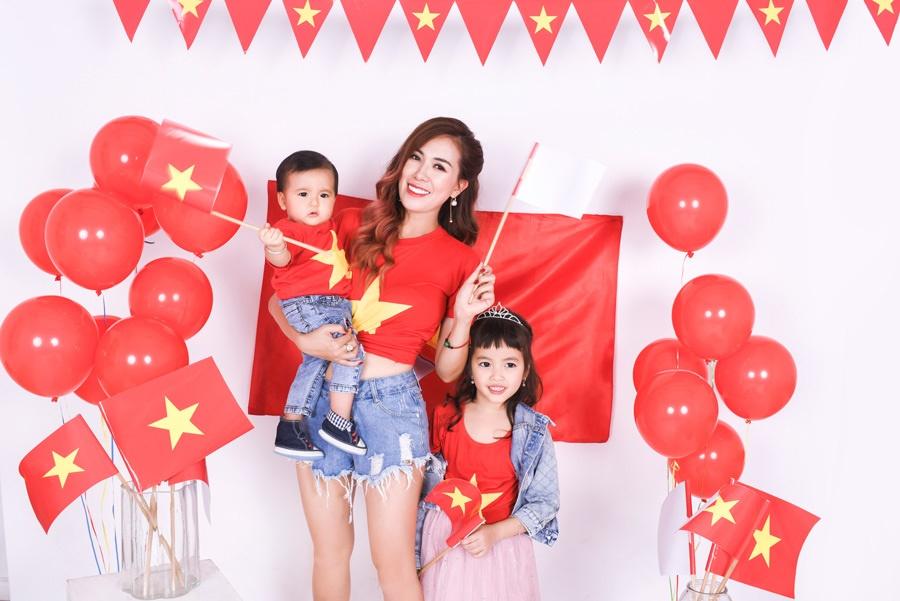 Mai Thỏ cùng 2 con chụp ảnh cổ vũ đội tuyển Việt Nam vô địch U23 Châu Á 2020-5