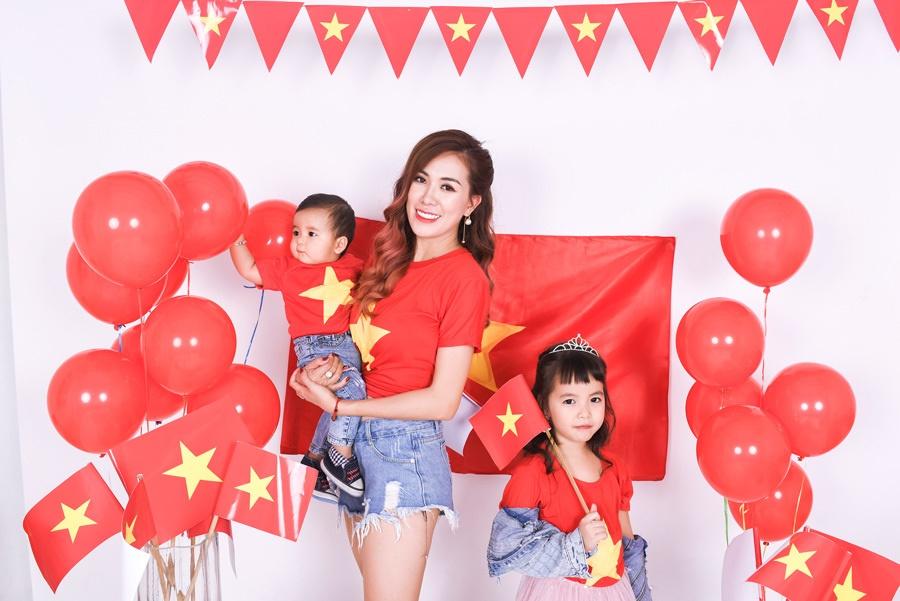Mai Thỏ cùng 2 con chụp ảnh cổ vũ đội tuyển Việt Nam vô địch U23 Châu Á 2020-6