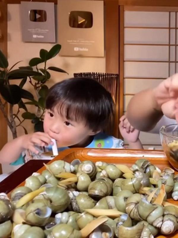 Uống trà sữa nhưng không thích trân châu, bé Sa con trai Quỳnh Trần JP né đạn theo cách siêu trí tuệ-1