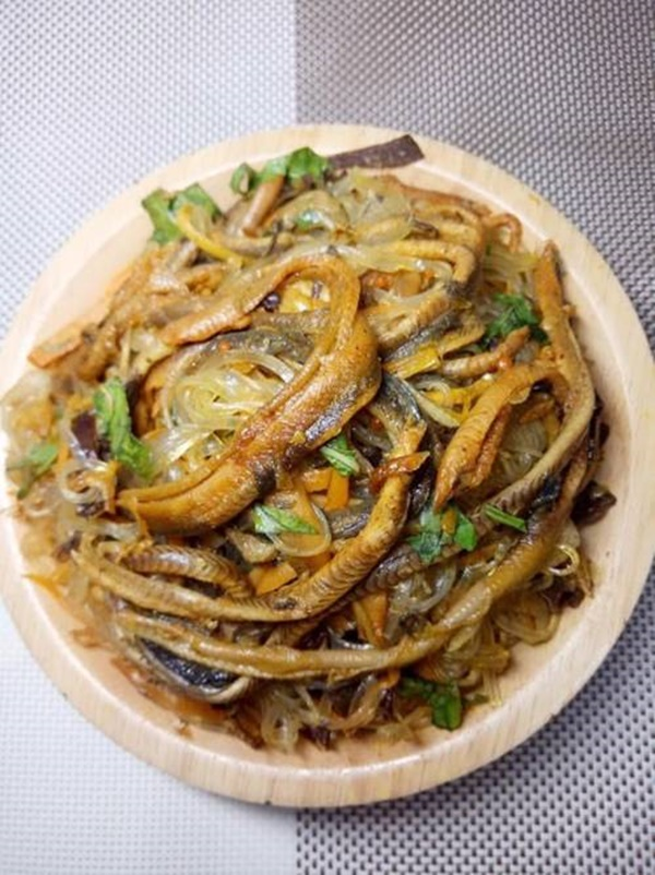 Mẹ đảm trổ tài nấu các món ngon từ lươn, chồng con khen nức nở-2
