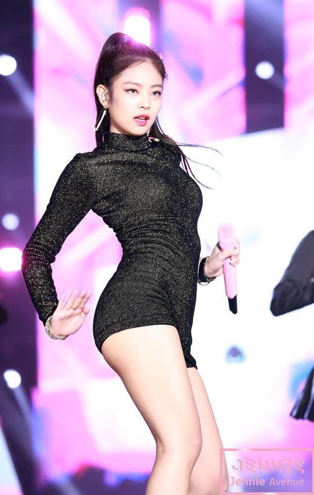 10 lần Jennie được khen mặc đẹp, khoe trọn thân hình gợi cảm-2