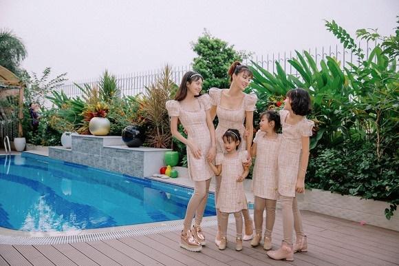 Cựu mẫu Vũ Thu Phương rạng rỡ diện đồ ton sur ton bên 4 cô con gái-1