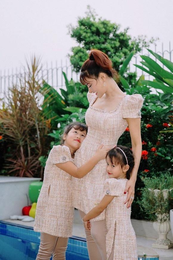 Cựu mẫu Vũ Thu Phương rạng rỡ diện đồ ton sur ton bên 4 cô con gái-5