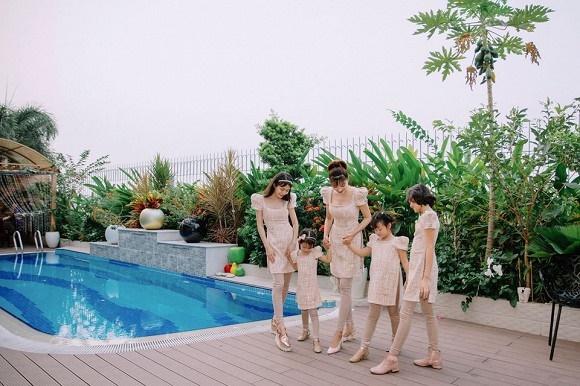 Cựu mẫu Vũ Thu Phương rạng rỡ diện đồ ton sur ton bên 4 cô con gái-6
