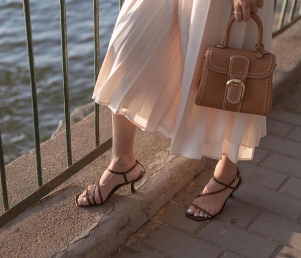 Sắm quanh 6 mẫu giày dưới đây là bạn có thể yên tâm mặc đẹp từng centimet Tết này rồi!-14