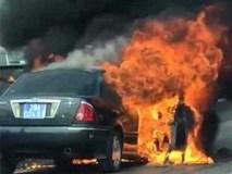 Tài xế thoát chết khi xe biển xanh bốc cháy trên đường vành đai