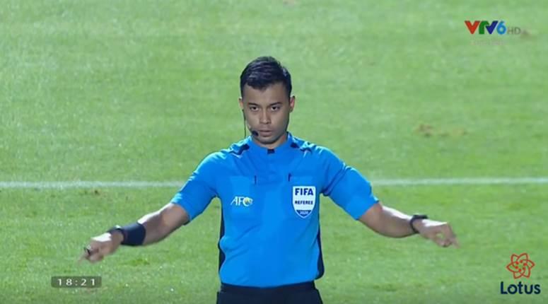 VAR cứu U23 Việt Nam không bị phạt đền, trung vệ Tấn Sinh may mắn thoát thẻ đỏ-1