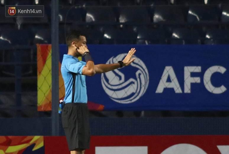 VAR cứu U23 Việt Nam không bị phạt đền, trung vệ Tấn Sinh may mắn thoát thẻ đỏ-2