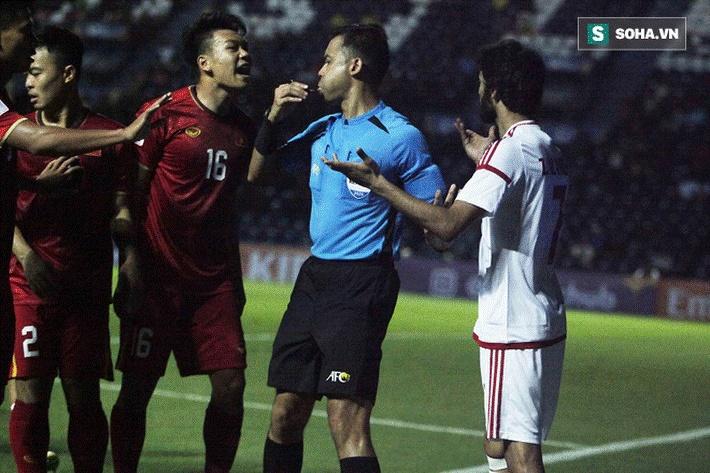 Bùi Tiến Dũng đau đớn ngã xuống sân, Thành Chung, Đình Trọng bảo vệ đồng đội theo cách cực gắt-2