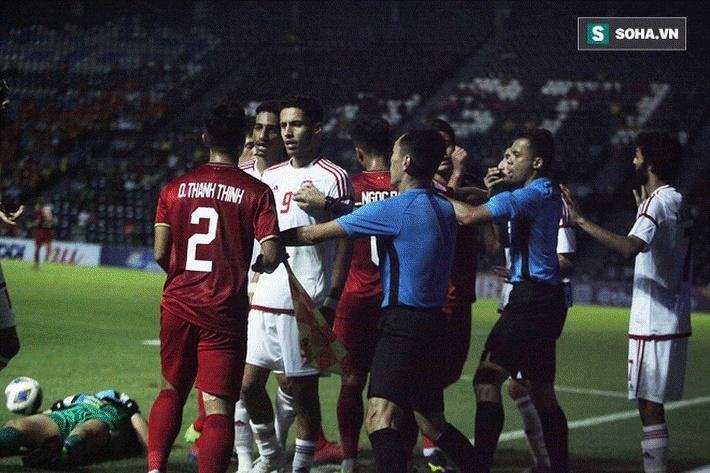 Bùi Tiến Dũng đau đớn ngã xuống sân, Thành Chung, Đình Trọng bảo vệ đồng đội theo cách cực gắt-4