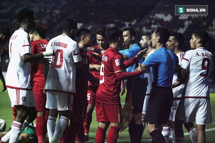 Bùi Tiến Dũng đau đớn ngã xuống sân, Thành Chung, Đình Trọng bảo vệ đồng đội theo cách cực gắt-6