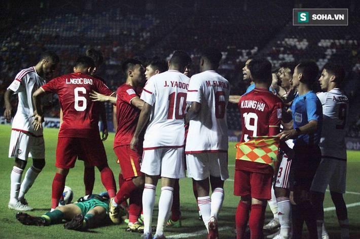 Bùi Tiến Dũng đau đớn ngã xuống sân, Thành Chung, Đình Trọng bảo vệ đồng đội theo cách cực gắt-7