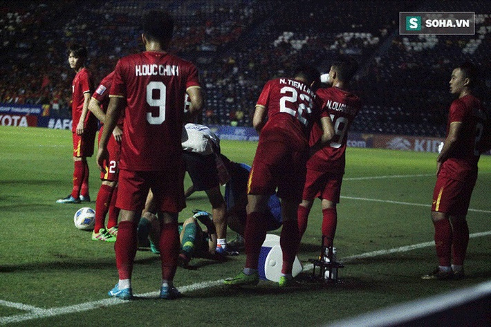 Bùi Tiến Dũng đau đớn ngã xuống sân, Thành Chung, Đình Trọng bảo vệ đồng đội theo cách cực gắt-9