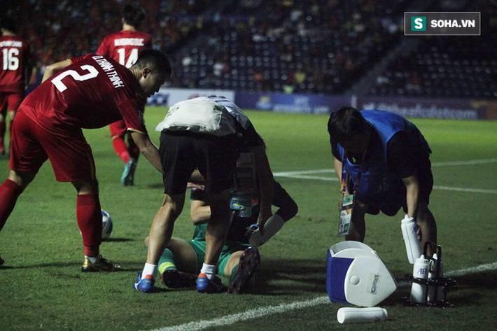 Bùi Tiến Dũng đau đớn ngã xuống sân, Thành Chung, Đình Trọng bảo vệ đồng đội theo cách cực gắt-10