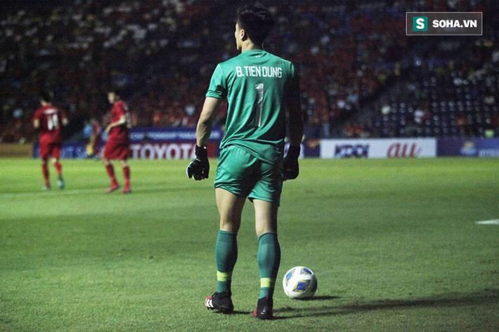 Bùi Tiến Dũng đau đớn ngã xuống sân, Thành Chung, Đình Trọng bảo vệ đồng đội theo cách cực gắt-11
