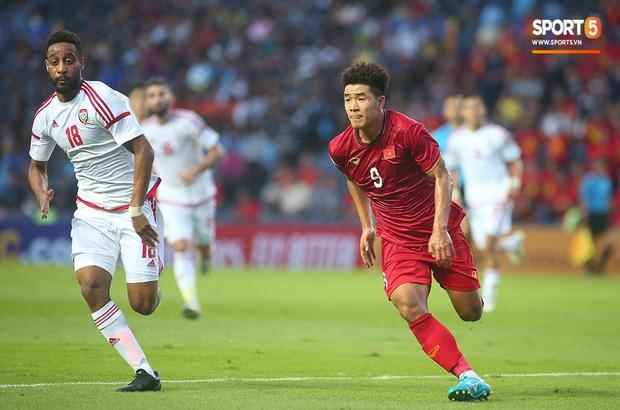 Fan Việt phản ứng cực gắt khi cầu thủ UAE phạm lỗi thô bạo với tiền đạo Hà Đức Chinh-1
